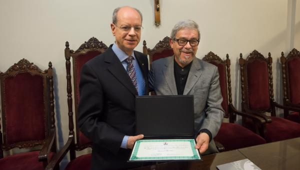 Romancista Sinval Medina doa acervo para a PUCRS