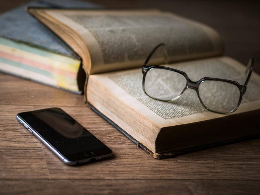 Livro, óculos, celular, smartphone, filosofia, conhecimento