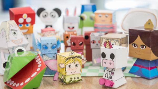 Alunos de Design criam brinquedos de papel para pediatria do HSL