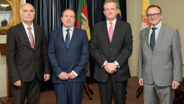 Josep Piqué realiza visita à Universidade