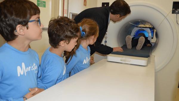 Crianças do Colégio Marista Rosário visitam o InsCer-RS