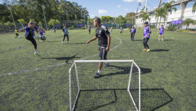 Diretor do Soccer Institute at Monteverde Academy visita PUCRS