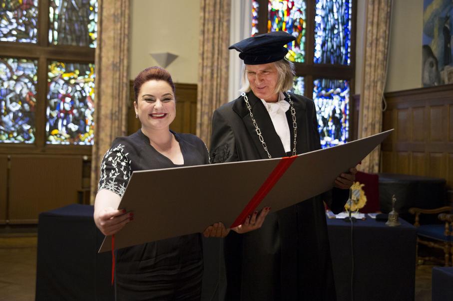 foto da alumni se formando na universidade da holanda