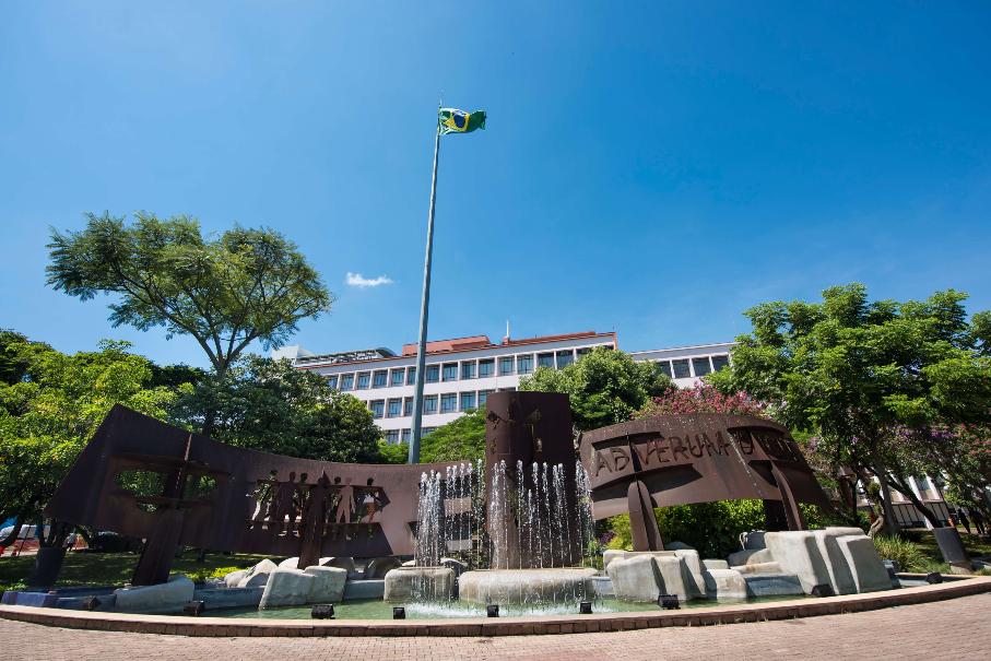 foto da fachada da Universidade mostra a escultura da entrada
