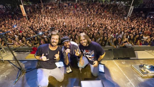 Pocket show de Armandinho e banda lota e encanta a Rua da Cultura