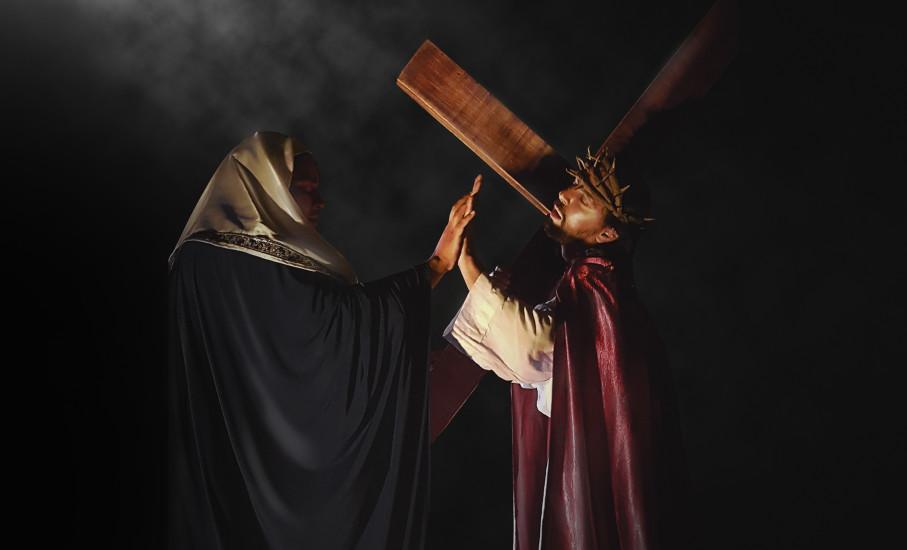 Encenção da Paixão de Cristo com Jesus carregando a cruz