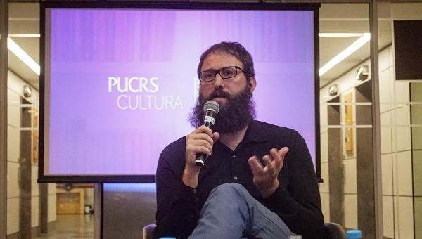 Julián Fuks destaca importância atual da literatura de reflexão