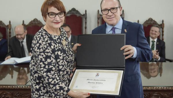 Martina Schulze é reconhecida com o título Mérito Universitário