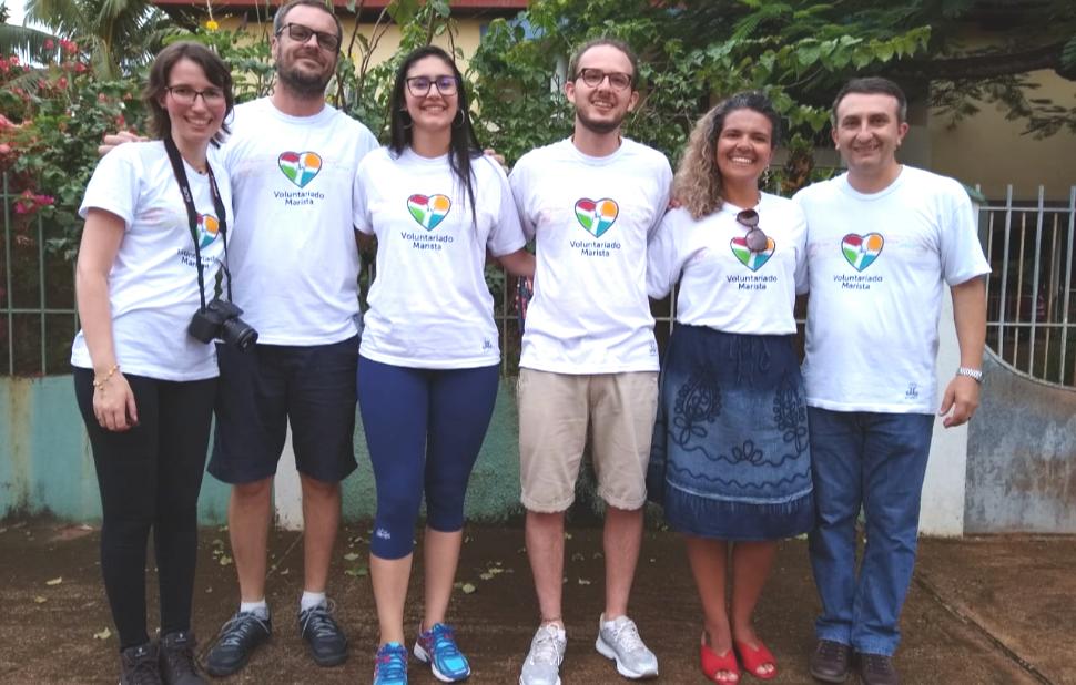 Colaboradores maristas usam camisetas brancas da iniciativa