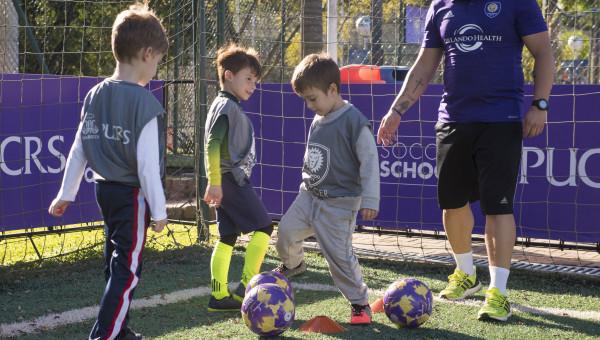 Ensinando o soccer para guris e gurias