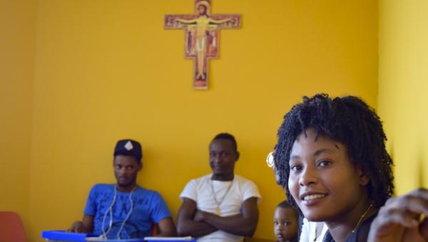 Haitianos recebem aulas de Língua Portuguesa