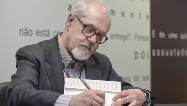 Novo livro de Assis Brasil engloba 34 anos de oficina de Escrita Criativa