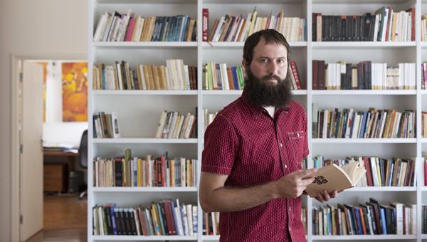 Escritor Julián Fuks participa de bate-papo sobre a resistência da literatura